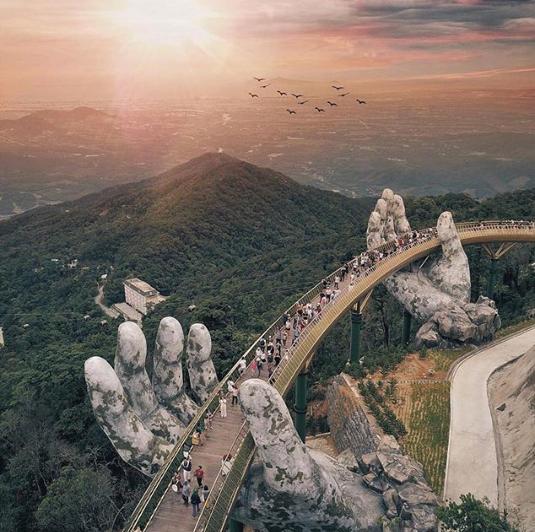 Как выглядит мост, который держат гигантские руки