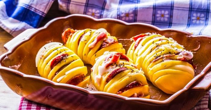 Картофель «Гармошка» с колбасой