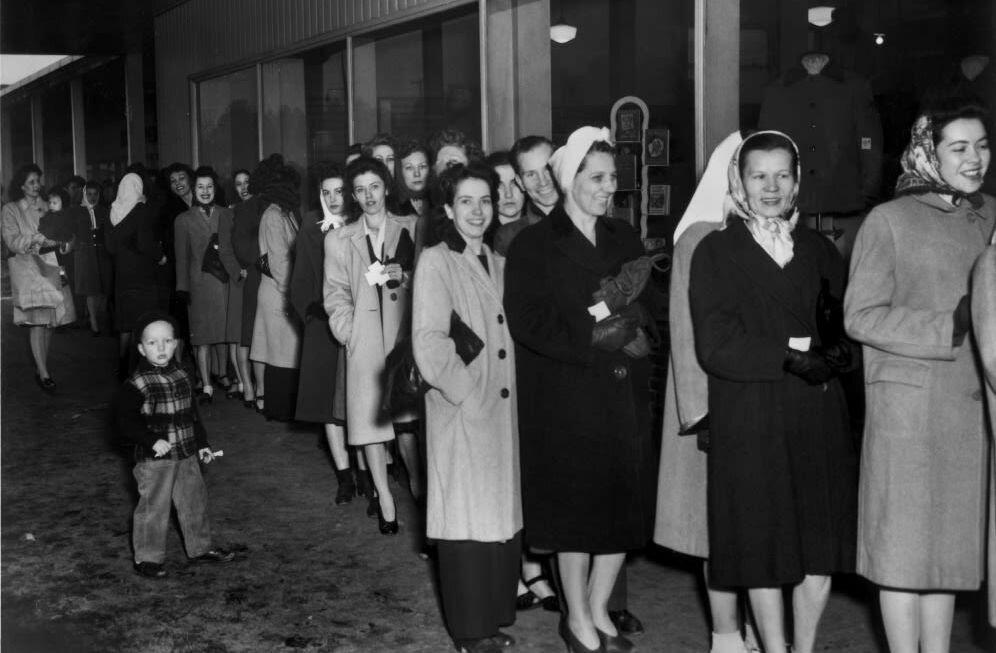 Очередь за нейлоновыми чулками. 1946 год. фото: общественное достояние.