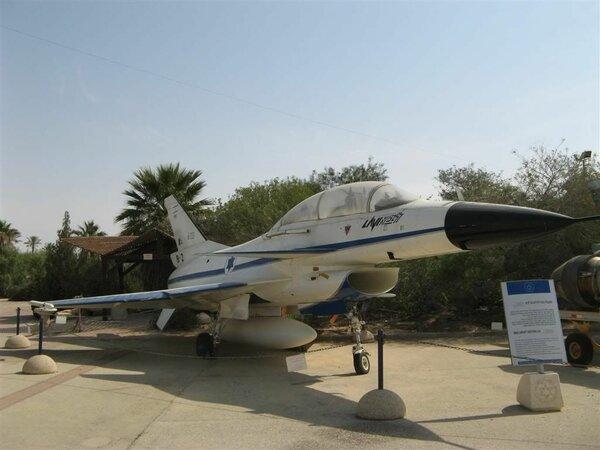 """Чисто  израильская разработка """"Лави"""",выпускавшийся в 80-ых. Впрочем, в его  формах угадывается F-16, чем подтверждается теория о том, что новое -  есть хорошо забытое старое."""