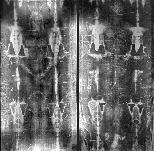 Туринская плащаница Туринская плащаница является одной из самых известных христианских реликвий в мире. Считается, что тело Иисуса Христа было завернуто в нее при погребении.
