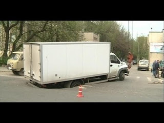 Как на грузовике можно провалиться посреди дороги