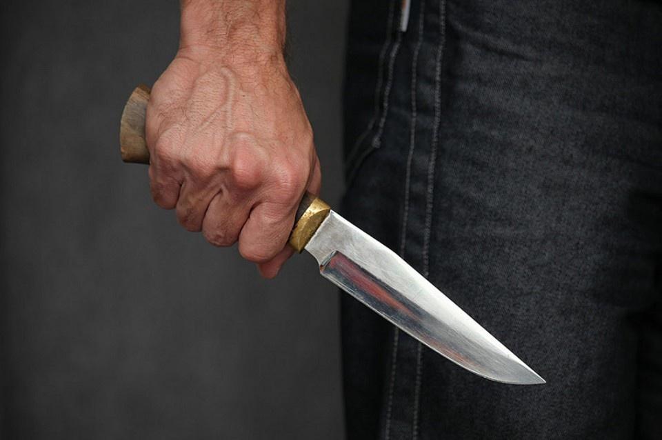 Русский немец порезал ножом …