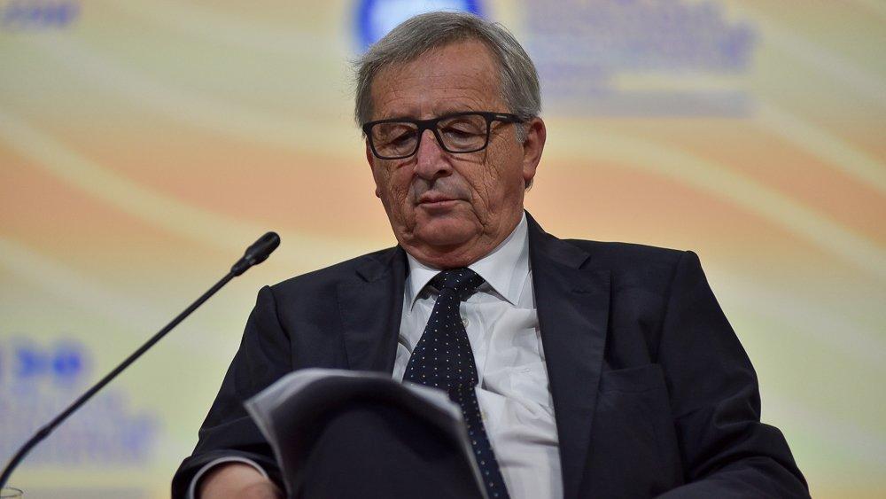 Юнкер швырнул на стол пачку документов на саммите Евросоюзе