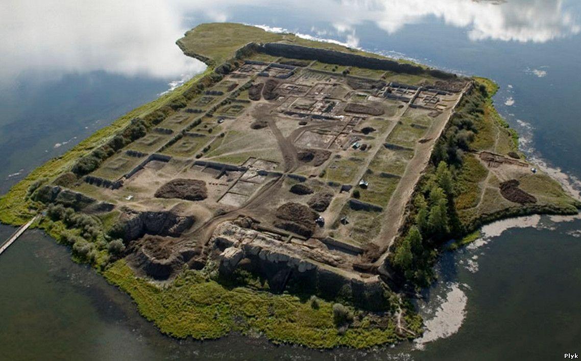 Древняя крепость посреди озера: Пор-Бажин , Россия