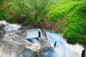 """""""Дэу"""" без ручника скатилась в реку: пассажирка утонула"""