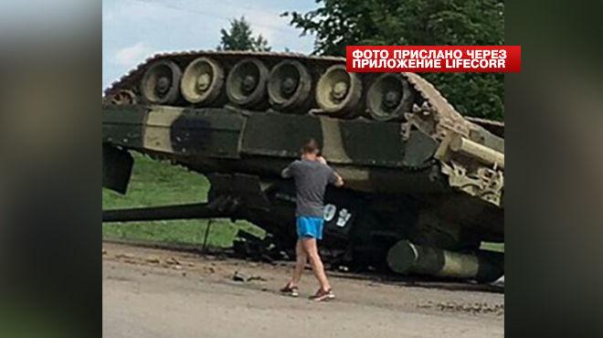 Дрифт не удался:Очевидцы сняли танк, перевернувшийся на дороге под Москвой