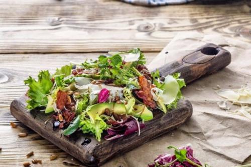 Зеленый салат с беконом и авокадо.