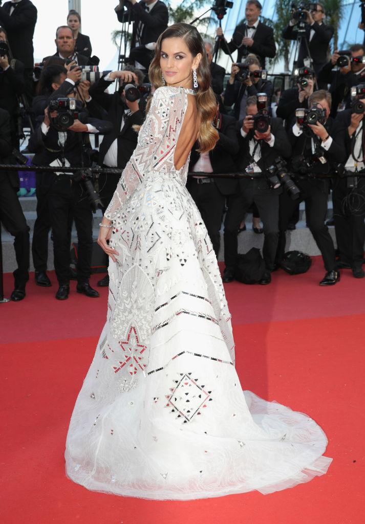 Изабель Гулар в белом платье со шлейфом