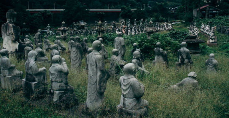 Жутковатая японская деревня, где живут одни статуи