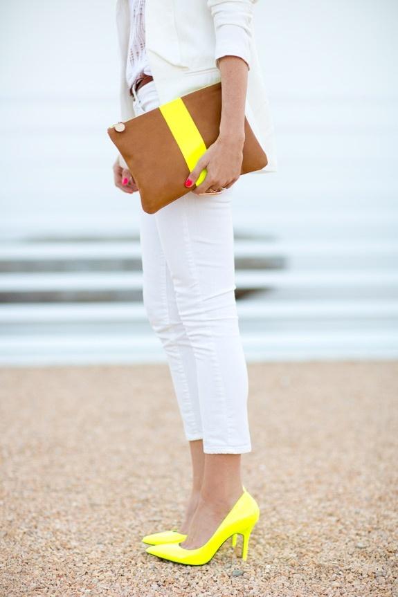 С чем носить желтые туфли: вариант с белым брючным костюмом