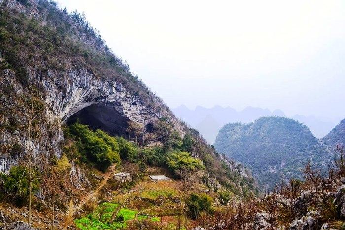 К пещере, в которой расположена деревня Чжундун, ведет единственная тропа (Китай).   Фото: grimnir74.livejournal.com.