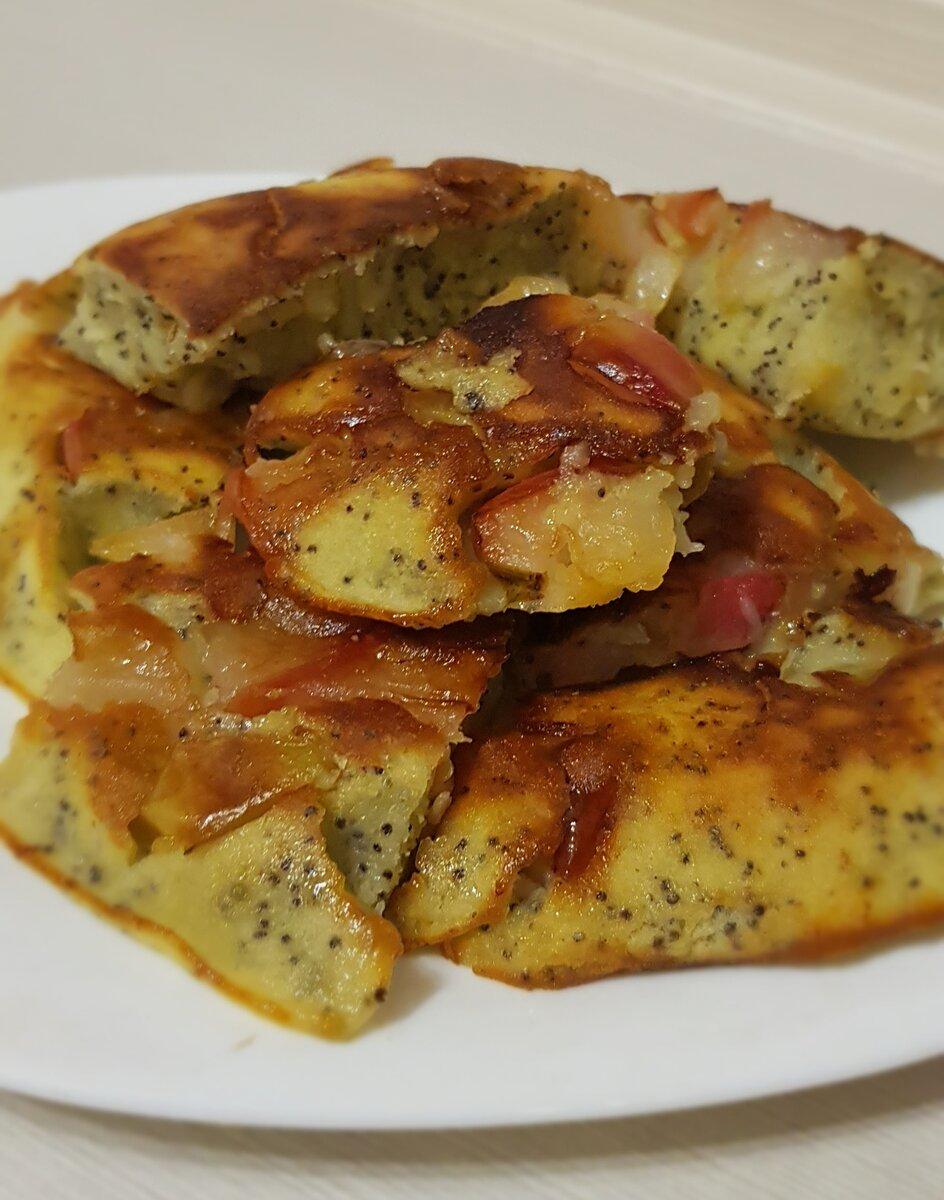 Легкий и быстрый пирог с яблоками на завтрак на сковороде