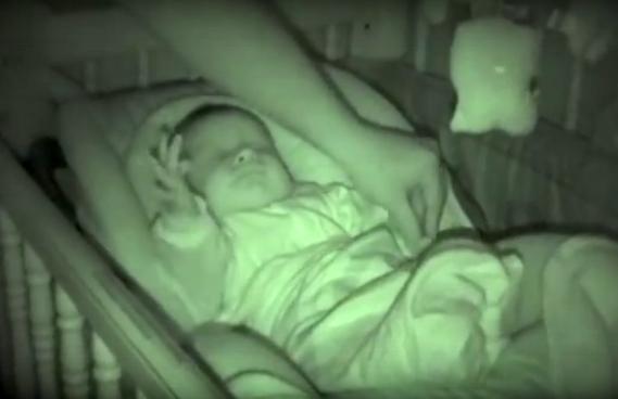 Папа подошел укрыть спящего младенца, но когда он увидел его движения, то не смог сдержать смех!