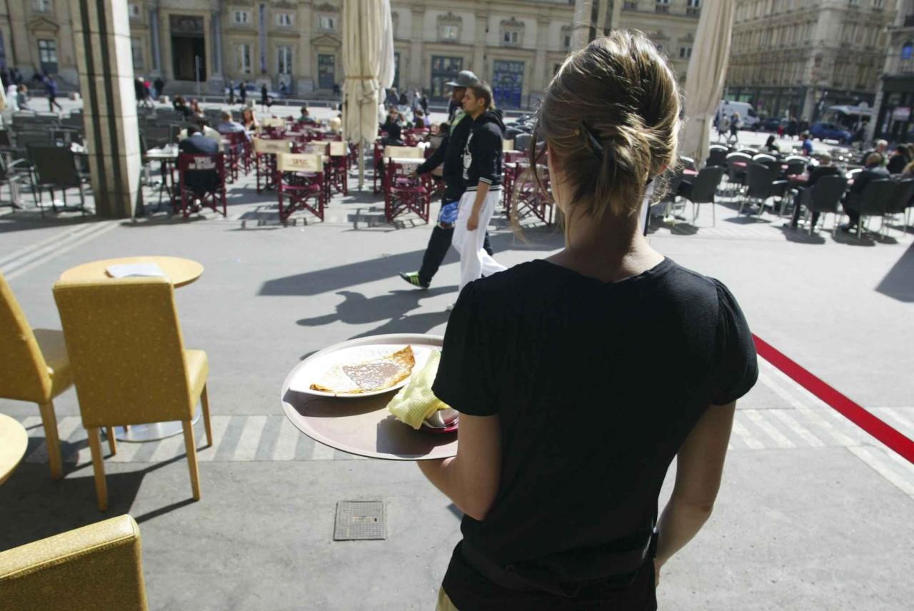 В Ницце рискованно разливать спиртное в кафе и продавать ветчину