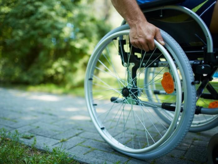 Мама шикнула на сына, когда он стал показывать пальцем на человека в инвалидной коляске. Но дальнейшее стало шоком!