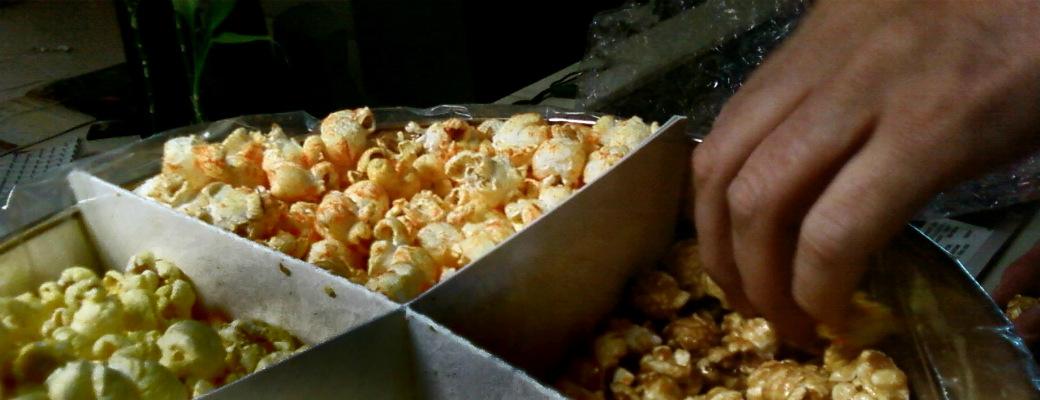 Как еда неудобной рукой помогает сокращать потребление лишних калорий