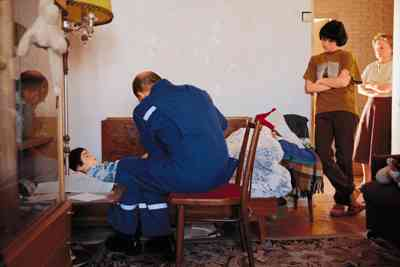 Почему врачи скорой помощи заходят в квартиру в обуви?