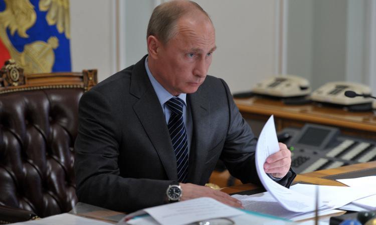 Таинственный предмет в кабинете Путина всколыхнул Интернет, в Кремле раскрыли «загадку»