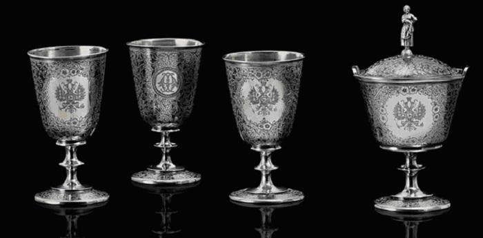 Три серебряных, покрытых черневым узором, бокала и чаша с крышкой.