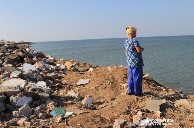 Спасались хламом. Жители хутора укрепляют берега мусором с атомной станции