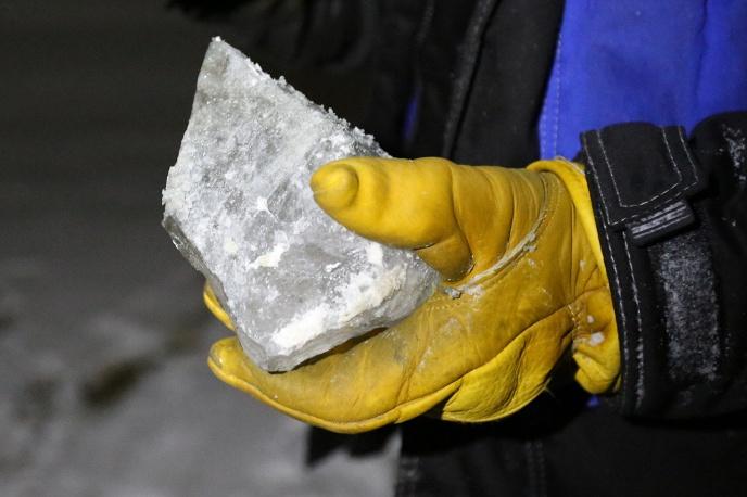 Кусок льда со дна воронки, отобранный для лабораторных исследований