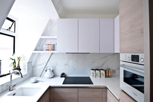 Маленькая кухня с достаточным количеством места для хранения посуды