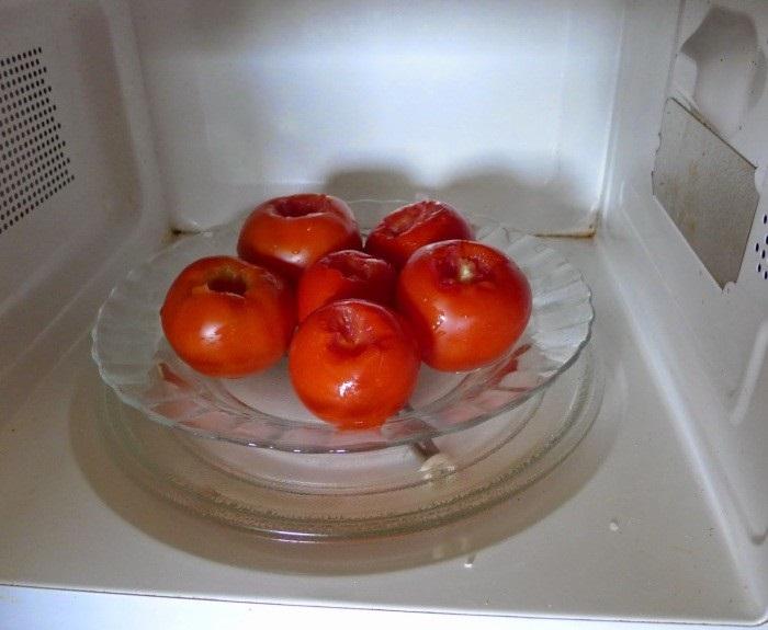 Чистку овощей и фруктов облегчит микроволновка. / Фото: debat.me