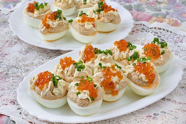 Закусочные яйца с тунцом и зеленью