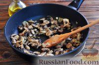 Фото приготовления рецепта: Грибы в сметанном соусе - шаг №5