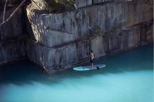 Парень часами стоит на воде, создавая поистине ошеломительные творения
