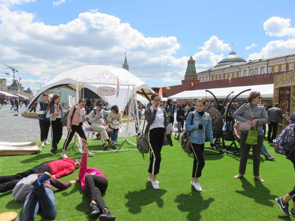 Книжный фестиваль на Красной площади: ветер чтению не помеха!