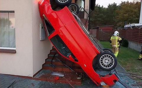 Водитель заснула за рулем и «припарковалась» на стене здания