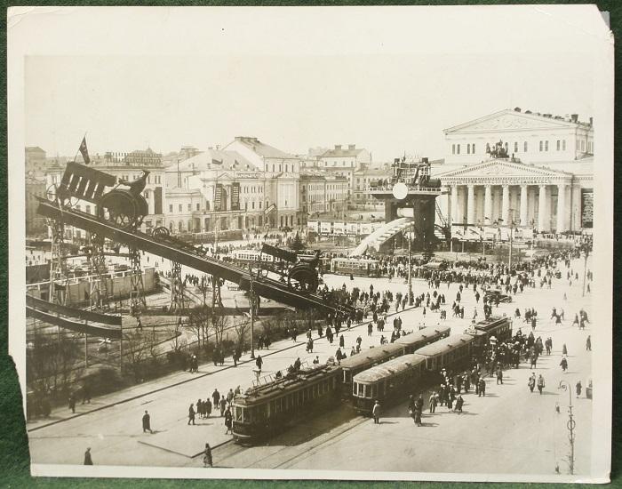 Гигантские макеты прокатного стана и тракторного отряда, 1930 год.