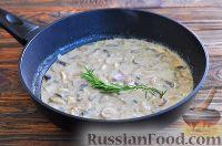 Фото приготовления рецепта: Грибы в сметанном соусе - шаг №8