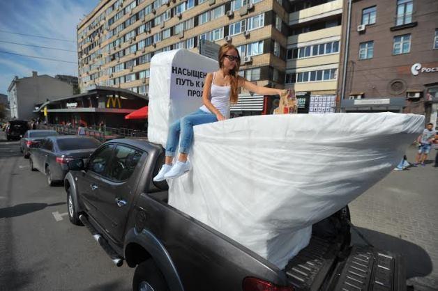 Большой унитаз поставили у «Макдоналдса» в Москве