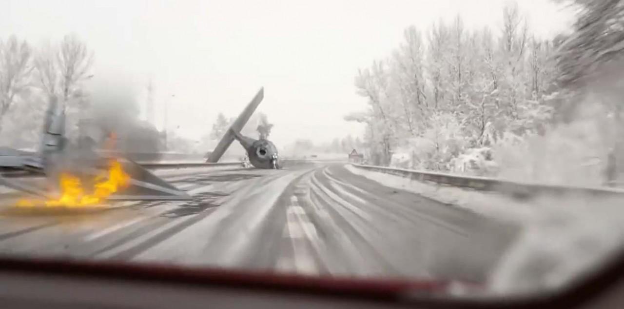 Космический корабль обрушился на МКАД (видео)