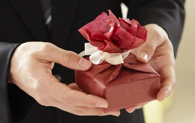 Щедрые подарки девушку обязывают?