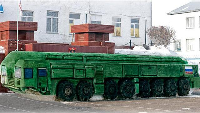 """Омские заключенные слепили из снега """"Тополь-М"""" в натуральную величину"""