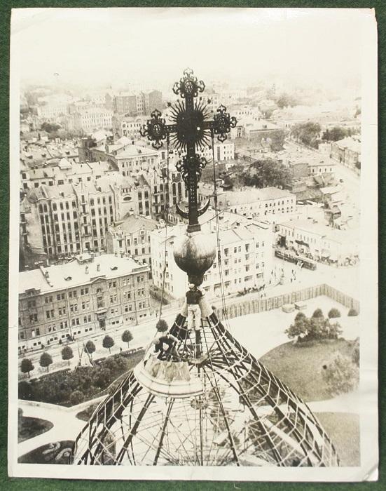 Пролетарская революция смело занесла руку над этим архитектурным сооружением, символизирующим силу и вкусы господ старой Москвы, 1931 год.