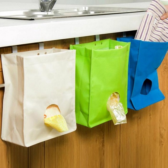 В плотном пакете можно сделать отверстие, чтобы было удобно доставать оттуда маленькие пакетики. / Фото: polsov.com