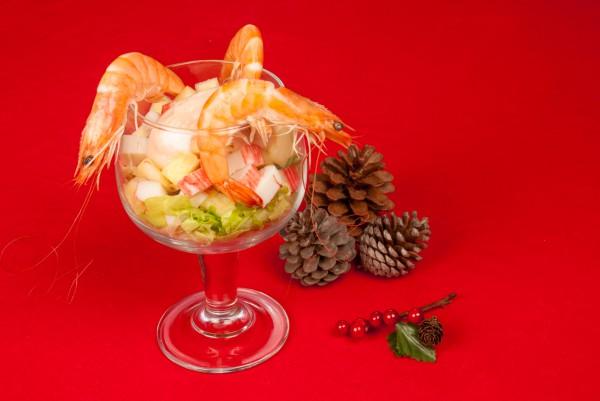 Новогодний салат-коктейль из крабовых палочек и креветок