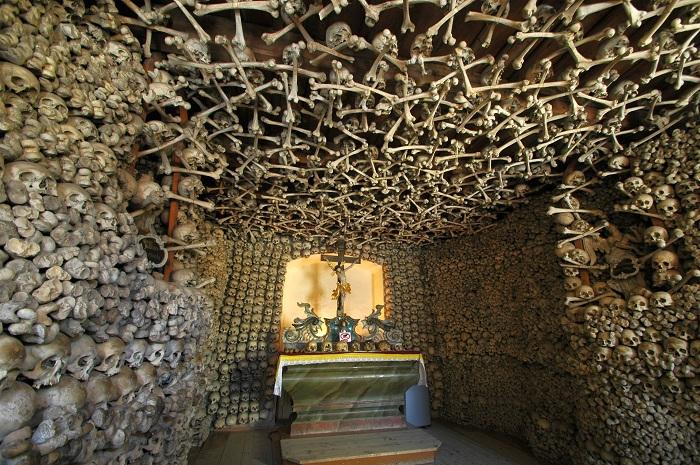 Интерьер, оформленный черепами и берцовыми косяти 3000 человек.
