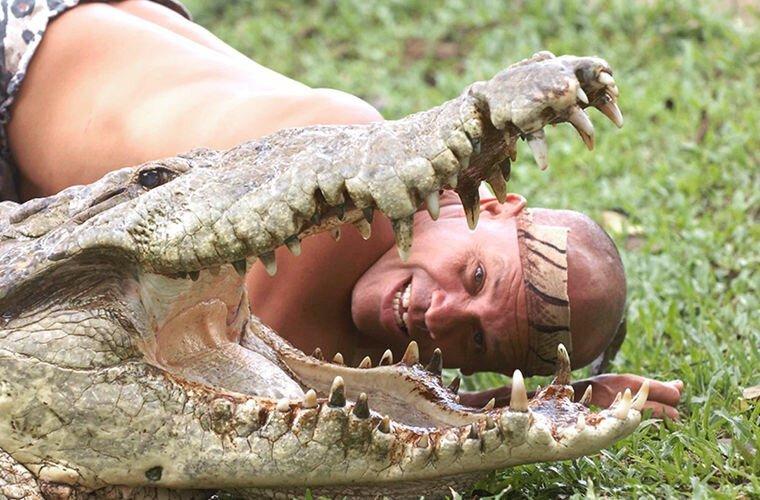 Первое время я скрывал Почо в джунглях вдали от людей, приносил каждый день еду. Но еды было недостаточно, ему нужна была моя забота, любовь, чтобы вернуться к жизни. И я ему это давал: гладил, разговаривал животные, жизнь, крокодил, люди, почо, рыбак, чито