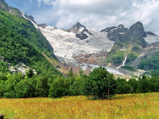 Алибекский ледник: красивый, доступный и опасный