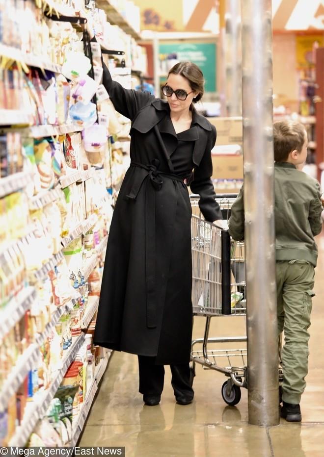 Новый выход Анджелины Джоли с детьми обсуждают в сети