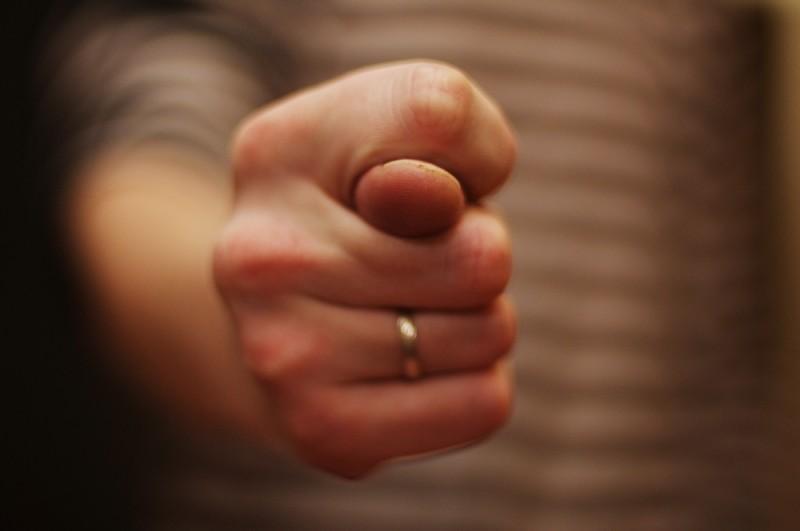 Муж не дает мне денег, а бывшей жене помогает — как быть?