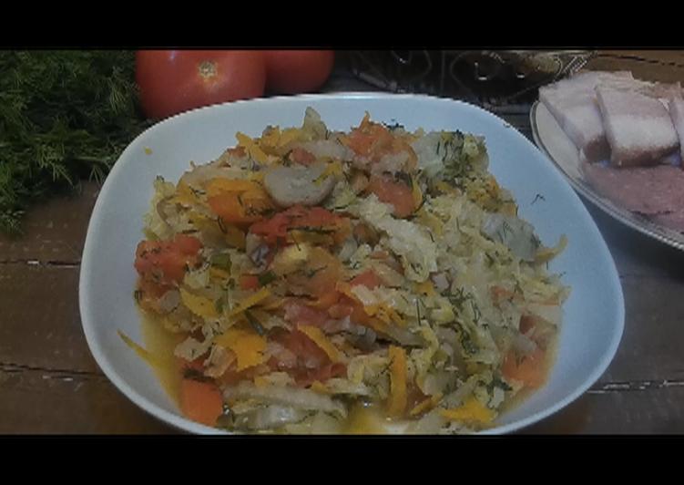 Тушеная капуста с овощами и грибами