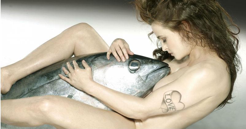 Обнаженные актеры сфотографировались с рыбами ради защиты морских обитателей