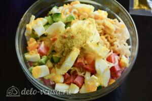 Салат из лапши быстрого приготовления с колбасой: фото к шагу 4